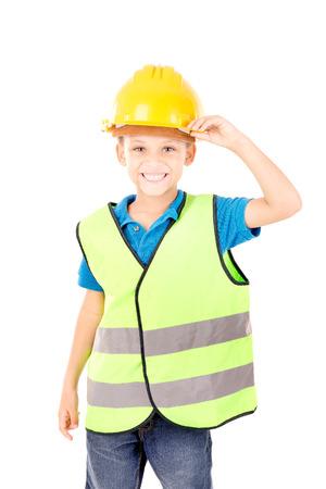 signo de paz: niño pretendiendo ser un trabajador en construcción aislado en blanco