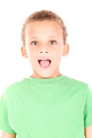 petit bonhomme: petit garçon faisant plusieurs expressions faciales isolés en blanc