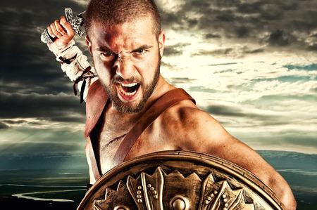 cascos romanos: fuerte gladiador aislado en el fondo del cielo