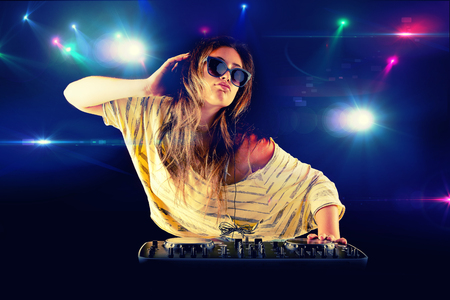 party dj: Chica Dj bailando con luz en el fondo Foto de archivo