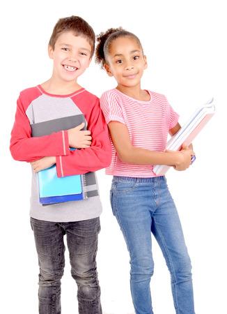 niño y niña: pequeños niños en la escuela aislados en blanco Foto de archivo