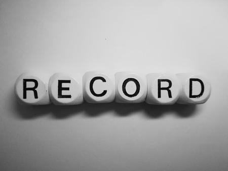 Ortografía de la palabra registro demandando a dados sobre fondo blanco.