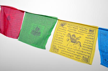 カラフルな仏教の祈りフラグ (Dar の lungta 町) wth 仏教シンボル。緑のタラ、Horsewind。クローズ アップ。