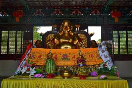 黄金の像と仏シッダールタ釈迦の生誕地ルンビニ、ネパールの伝統的な中国仏教寺院の供物。