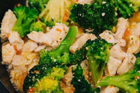 Green cabbage broccoli with rice and white meat. On a dark wooden table. Banque d'images