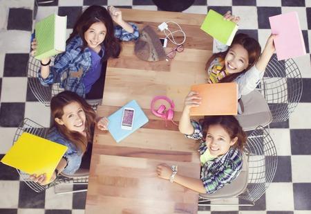 Gelukkig leerlingen op het bureau op de lagere school