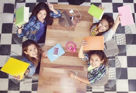 Heureux élèves au bureau à l'école élémentaire