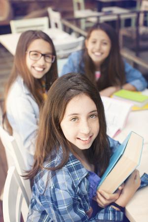 jóvenes estudiantes estudiar juntos en un salón de clases