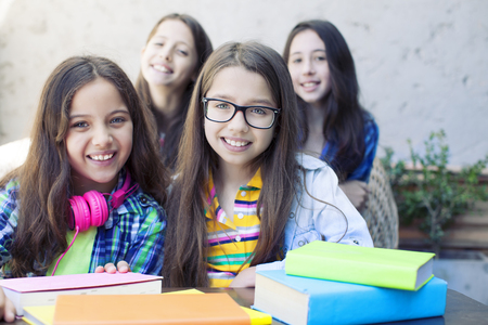 diligente: hermosas chicas diligentes felices mirando a la cámara Foto de archivo