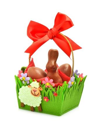 giftbasket: Pasen chocolade bunny en eieren in het geschenk mand geà ¯ soleerd op de witte achtergrond