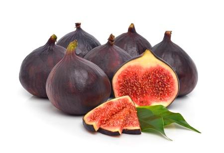 feuille de vigne: Groupe des frais figues mûres isolé sur le fond blanc