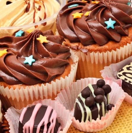 grains of coffee: � �dulces Hocolate, magdalenas y los granos de caf� en el mantel