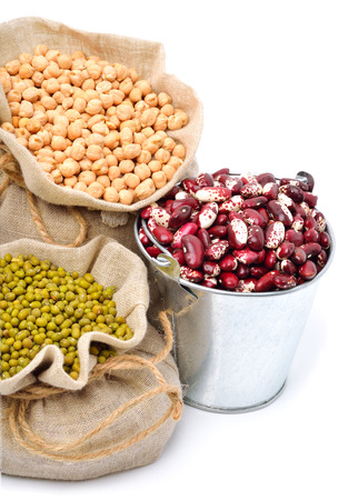 chick-pea, mung beans, kidney-beans in the sacks isolated on white Standard-Bild