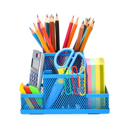 utiles escolares: Los útiles escolares aislados en el fondo blanco