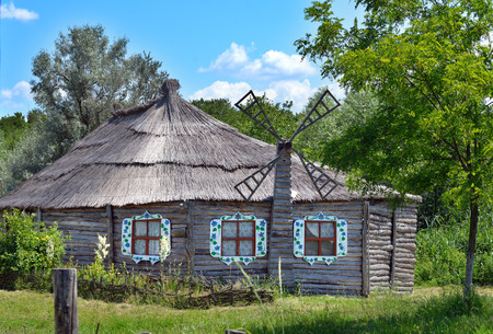 thatched roof: Authentic Ukrainian ancient house with thatched roof. Ukraine.