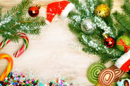 papa noel: Fondo de la Navidad, galletas de Navidad, ramita de pino, dulces, paletas Foto de archivo