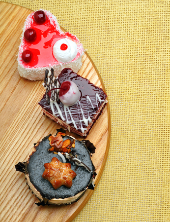 uvas: Delicious cakes with chocolate and cherry on background sacking