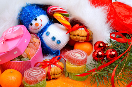 Christmas background, lollipops, pine twig, sweets, jellies and snowman. Standard-Bild