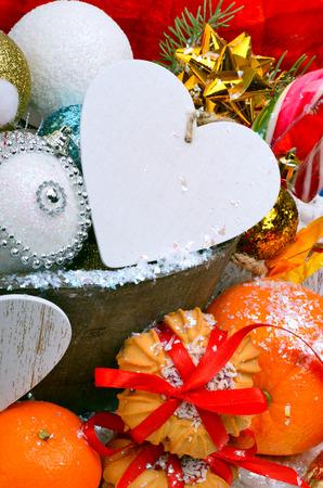 Weihnachtsdekoration, Kiefer Zweig, Karte für Text, Weihnachtskugeln, Kekse und Orangen. Standard-Bild - 68693456
