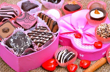 Pralinen in der Schachtel, dunkel und Milchschokolade. Standard-Bild - 67027552