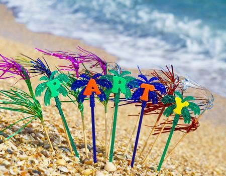 Party auf dem goldenen Sand am Meer. Standard-Bild - 89506828