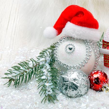 Weihnachtshintergrund mit Schnee, Weihnachtsflitter und Kiefernzweigen Standard-Bild - 90739474
