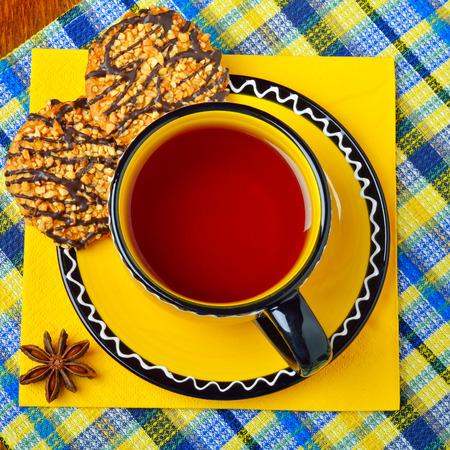 Tasse Tee mit Nachtisch diente auf farbiger Serviette. Standard-Bild - 90543888