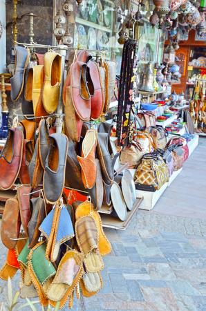 Traditionelle türkische Schuhe. Handgemachte Lederschuhe auf dem Markt in Istanbul. Standard-Bild - 90543889