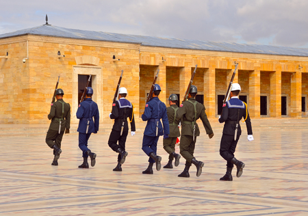 ANKARA. DIE TÜRKEI - 16. OKTOBER 2017: Zeremonie des Änderns des Schutzes am Mausoleum von Ataturk. Standard-Bild - 90560775