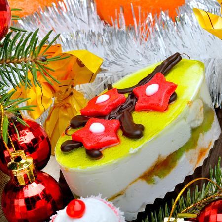 Weihnachten leckeren Kuchen auf Weihnachten Hintergrund, Weihnachtskugeln, Mandarinen, Kiefer Zweig. Standard-Bild - 90543891