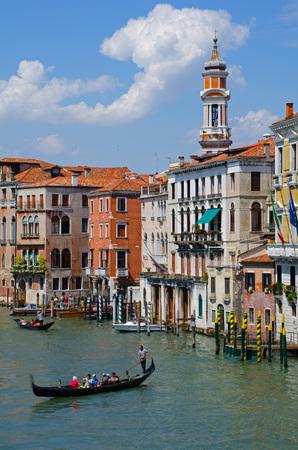 """Venezianische Gondoliere stochern Gondeln durch den """"Canal Grande"""" in Venedig, Italien. Standard-Bild"""