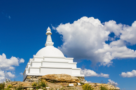 바이칼 호수 중간에 섬에 흰색 stupa. 신성한 곳, 흥미로운 곳. 맑고 푸른 하늘, 구름입니다. 스톡 콘텐츠 - 90570835