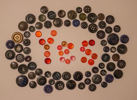 """Dans le cercle des boutons noirs le mot """"oui"""", composé de boutons de couleur rouge. Position de vie active, préparation à une nouvelle réponse positive. Banque d'images"""