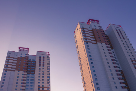 Two modern buildings against the blue cloudless sky. Real estate, new housing. Banque d'images