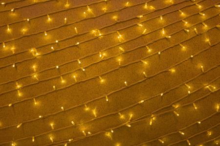 Beaucoup de guirlandes parallèles avec beaucoup d'ampoules. Éclairage jaune, éclairage. Contexte festif, décoration élégante.