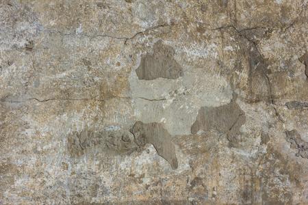 Surface de béton avec des fissures. Nuances grises et brunes. Texture inhomogène, lumière du jour. Banque d'images