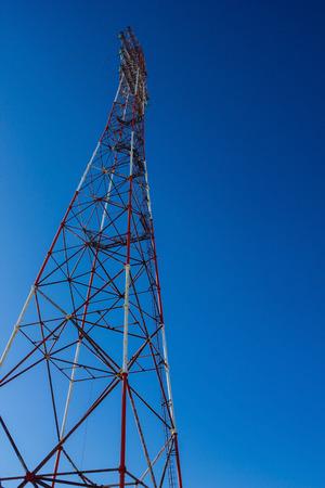 밝은 푸른 하늘, 전력선 타워를 배경으로. 전력, 전력 공급. 수직 배열, 아래에서 봅니다. 스톡 콘텐츠 - 99114721