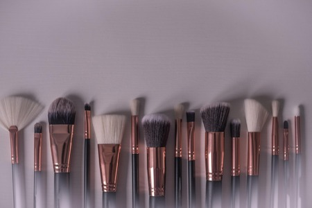 Brushes for artistic makeup of different sizes. Light background, vignetting, copy space. Imagens - 122434408