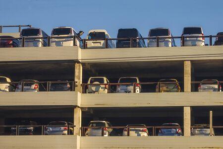 Parking in the open air. Many import cars, intermediary business, sale. Blue sky, sunlight. Foto de archivo