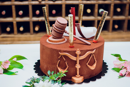 Bride and groom cake topper couple with legal gavel Archivio Fotografico