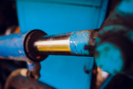 trattore idraulico blu. concentrarsi sui tubi idraulici