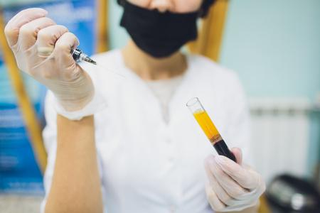 Set di preparazione del plasma sanguigno dalla provetta in una siringa di plasma sanguigno. Archivio Fotografico