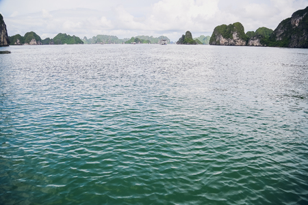 Azure water of the Ha Long Bay at the Gulf of Tonkin of the South China Sea 免版税图像