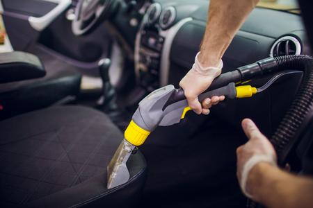 Asientos textiles del interior del automóvil de limpieza química con método de extracción profesional Limpieza temprana de primavera o limpieza regular. Foto de archivo