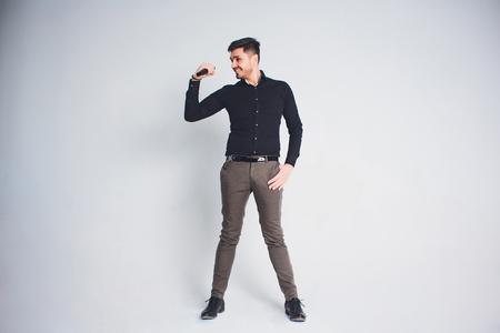 Intervieweur Showman avec émotions. Jeune homme élégant tenant le microphone sur fond blanc. Concept Showman.