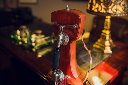 Old retro red telephone on wood table. Standard-Bild - 115322919