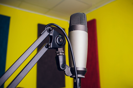 microphone on a stand up comedy stage with reflectors ray, high contrast image Banque d'images - 115226614