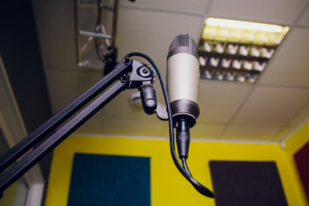 microphone on a stand up comedy stage with reflectors ray, high contrast image Banque d'images - 115226620