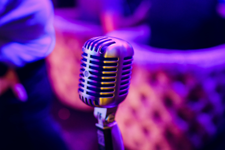 microphone on a stand up comedy stage with reflectors ray, high contrast image Banque d'images - 114254097