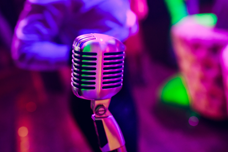 microphone on a stand up comedy stage with reflectors ray, high contrast image Banque d'images - 114254098